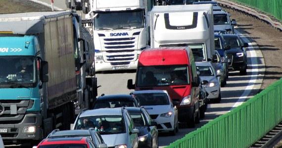 Jedna osoba zginęła i jedna została ranna po wypadku, do którego doszło na autostradzie A4 między miejscowościami Kąty Wrocławskie i Kostomłoty na pasie w kierunku Zgorzelca. Korek w miejscu wypadku ma 11 kilometrów. Policja wprowadziła objazdy.