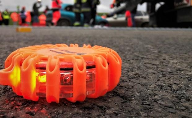 Cztery osoby zostały ranne w zderzeniu autokaru wiozącego ok. 50 dzieci z busem. Do zdarzenia doszło w niedzielę ok. godz. 16.30 na odcinku między węzłami Łódź Północ i Łowicz, gdzie obecnie zablokowany jest przejazd w kierunku Warszawy.