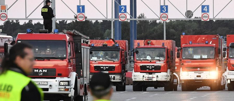 """Nad ranem do Świnoujścia przypłynął prom z polskimi strażakami, którzy gasili pożary w Szwecji. Misja 140 ratowników koło Sveg trwała dwa tygodnie. """"Jesteśmy niebywale dumni z waszej pracy"""" - mówił podczas uroczystego powitania premier Mateusz Morawiecki. """"Pomagaliście Szwedom, pomagaliście Polsce, pomagaliście przede wszystkim ludziom"""" - podkreślił szef rządu."""