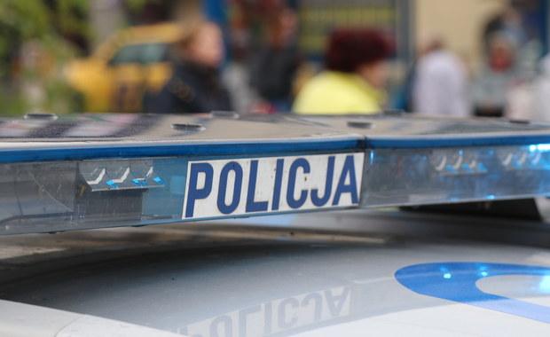 """Policjanci z Komendy Stołecznej Policji zatrzymali trzy osoby zamieszane w produkcję podrabianej odzieży ze znakami światowych marek. """"Szwalnia"""" była w domu w Zielonce. Zabezpieczono odzież wartą ok. 600 tysięcy złotych."""
