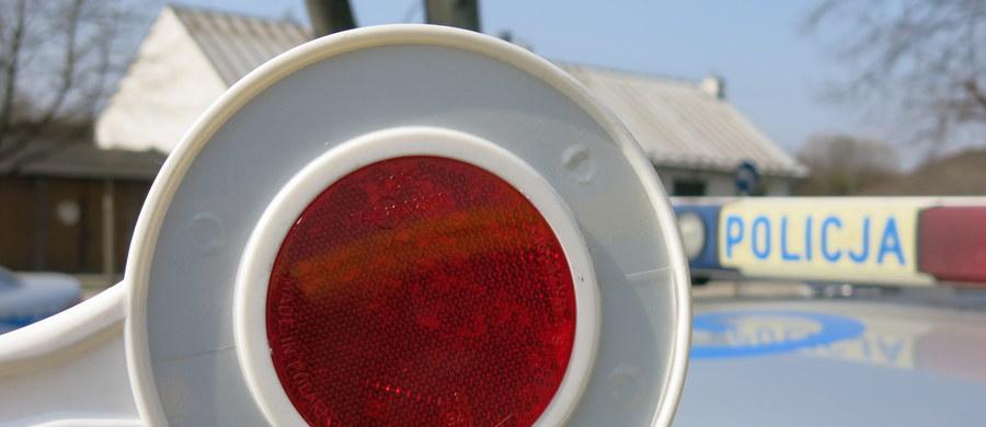 W wypadku na 195. kilometrze autostrady A2 koło Wrześni uczestniczyły trzy ciężarówki i samochód osobowy. Jedna osoba zginęła, cztery są ranne. Utrudnienia w ruchu mogą potrwać kilka godzin.