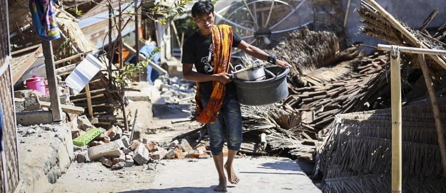 Indonezję nawiedziło kolejne trzęsienie Ziemi. Niedzielne wstrząsy o magnitudzie 6,9 w rejonie wyspy Lombok spowodowały śmierć co najmniej 91 osób. W sieci pojawiły się filmy, na których widać przerażonych turystów, którzy czekali na ratunek.