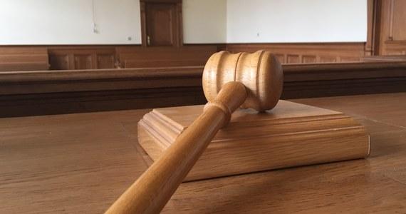 Sędzia Sądu Okręgowego w Suwałkach (woj. podlaskie) Waldemar M. został zawieszony w czynnościach służbowych po tym, jak w w piątek nietrzeźwy spowodował kolizję drogową i uciekł z miejsca zdarzenia. Sędzia miał 1,8 promila alkoholu w organizmie.