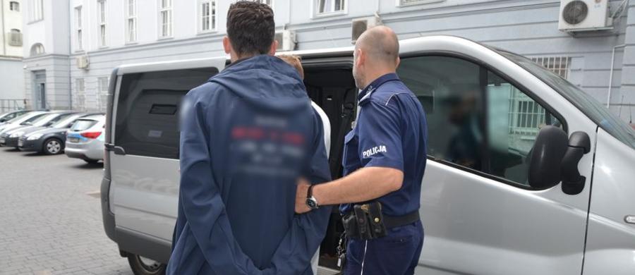 Niecodzienna interwencja gdańskiej policji. Mundurowi zatrzymali mężczyznę, który włamał się do mieszkania w dzielnicy Wrzeszcz i zasnął. 35-latek został tymczasowo aresztowany na 3 miesiące. Usłyszał zarzut kradzieży i grozi mu teraz do 5 lat więzienia.