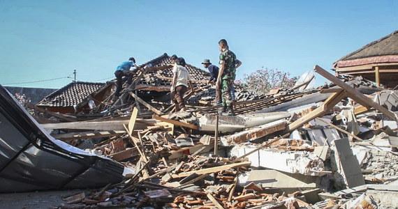 Co najmniej czworo Polaków uwięzionych na indonezyjskiej wyspie Lombok po potężnym trzęsieniu ziemi. Zginęło tam 98 osób, a tysiące zostały ewakuowane. Polskiej rodzinie nic się nie stało, ale do 8 sierpnia, nie mają szans na opuszczenie tego niebezpiecznego miejsca.  Twierdzą, że 24 godziny po tragedii nie dostali żadnej informacji ze strony polskiego ministerstwa spraw zagranicznych o zagrożeniu. Mimo że zarejestrowali się w specjalnym serwisie Odyseusz.