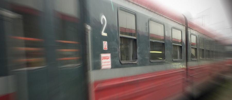Z powodu usterki sieci trakcyjnej na stacji Warszawa Włochy wprowadzono zmiany w kursowaniu pociągów. Przewoźnicy wprowadzili wzajemne honorowanie biletów - informuje PKP. Usterka ma zostać usunięta w nocy.