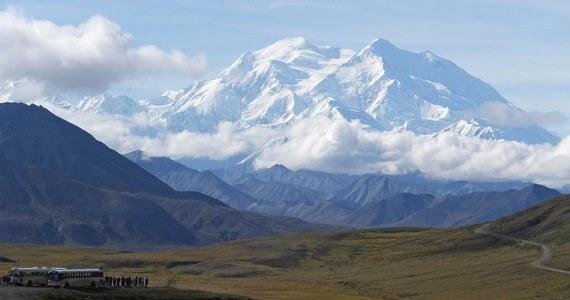 Czterech polskich turystów było na pokładzie niewielkiego samolotu, który w miniony weekend rozbił się w pobliżu Thunder Mountain na Alasce – taką informację podała KTVA, stacja telewizyjna z Alaski. Jedna osoba wciąż jest poszukiwana.