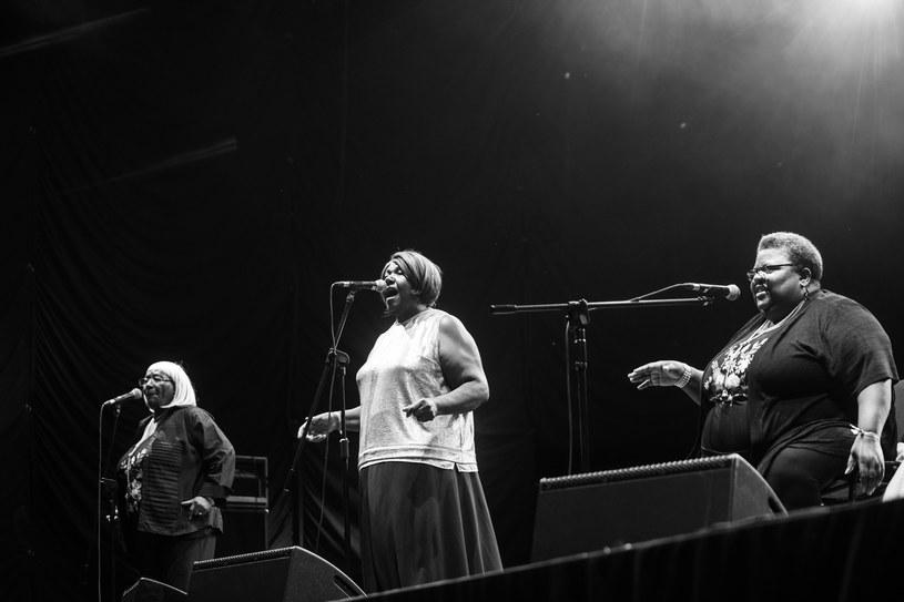 Na tej samej scenie, na której gospelowe trio The Como Mamas próbowało ewangelizować, Big Freedia - drag queen i raperka z Nowego Orleanu - uczyła twerkować, opodal Kazik wspominał szarą Polskę sprzed 30 lat. Tegoroczna edycja OFF Festival (3-5 sierpnia) stylistycznie była bardzo różnorodna; nietypowe występy wymienionych artystów należały do jej wyróżniających się punktów.