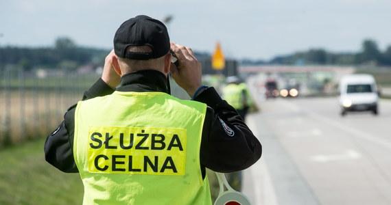 Próbę przemytu w ciężarówce 140 tys. paczek papierosów udaremnili w pobliżu granicy z Litwą funkcjonariusze podlaskiej KAS. W środku miał być ładunek przypraw do mięsa. Administracja skarbowa szacuje, że gdyby papierosy trafiły na polski rynek, Skarb Państwa straciłby ponad 3 mln zł.