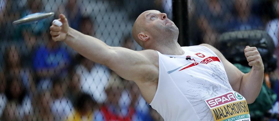 Piotr Małachowski nie wystąpi w finałowym konkursie rzutu dyskiem mistrzostw Europy w Berlinie. Tym samym nie obroni złotego medalu wywalczonego w Amsterdamie. Polak po raz pierwszy na wielkiej imprezie odpadł w eliminacjach. Do finału nie awansował także drugi z naszych dyskoboli Robert Urbanek.