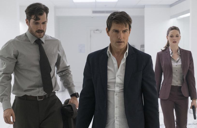 """Na przestrzeni dwóch ostatnich dekad Tom Cruise wyprodukował, zagrał i wykonał najbardziej spektakularne wyczyny kaskaderskie w nieprawdopodobnej serii """"Mission: Impossible"""", która stała się międzynarodowym fenomenem. Filmy przyciągnęły do kin miliony widzów, zarabiając - jak dotąd - ponad 2,8 miliarda dolarów, dzięki czemu kolejne odsłony stały się jedną z najbardziej dochodowych serii w historii kina. Teraz Tom Cruise powraca w roli Ethana Hunta w szóstej części o podtytule """"Fallout""""."""