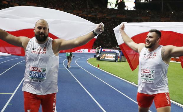 """Polscy kulomioci nie dali szans rywalom na lekkoatletycznych mistrzostwach Europy w Berlinie: po złoto sięgnął Michał Haratyk, ze srebrem wróci do kraju Konrad Bukowiecki! """"Pcham w tym sezonie najrówniej w stawce. Rezerwy mam jeszcze w sile"""" - tak swój start komentował świeżo upieczony mistrz Starego Kontynentu, zaznaczając jednak równocześnie, że najważniejsze są dwa medale dla Polski, a nie kolejność na podium. Również Bukowiecki podkreślał: """"Dwa najcenniejsze medale jadą do Polski - tak samo jak w młocie. To piękny dzień""""."""