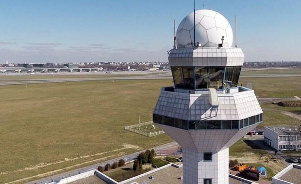 To nie dron, a awionetka zakłóciła wczoraj wieczorem ruch lotniczy na warszawskim lotnisku Chopina. Około godziny 22:00 na dokładnie 28 minut zostały wstrzymane starty i lądowania. Jak dowiedzieliśmy się nieoficjalnie, pilot nie popełnił przestępstwa.