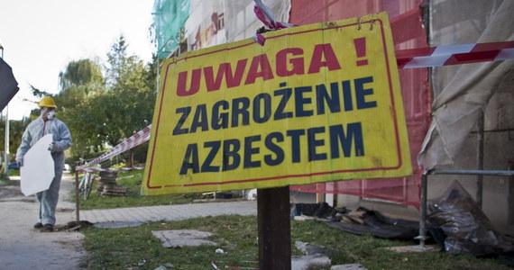 W Lublinie rusza inwentaryzacja azbestu. Miasto chce porównać, o ile zmniejszyła się jego ilość na posesjach w porównaniu do pomiaru sprzed 6 lat. Będzie można dzięki temu oszacować, jakie potrzebne są na przyszłość środki do utylizacji. W miasto ruszą czterej pracownicy zewnętrznej firmy specjalistycznej i to oni dokonają inwentaryzacji. Każdy z nich ma pisemne upoważnienie i musi się wylegitymować.