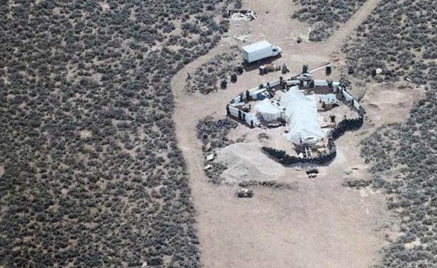Szczątki chłopca odnaleziono w prowizorycznym obozowisku na środku pustyni w stanie Nowy Meksyk, do którego w ubiegłym tygodniu wkroczyła policja. To prawdopodobnie poszukiwany od dziewięciu miesięcy syn mężczyzny, który w nieludzkich warunkach przetrzymywał tam 11 innych dzieci. Wszystkie były wygłodzone, brudne i zastraszone.
