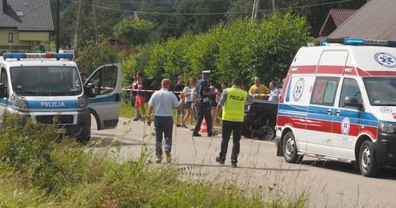Rodzice i ich kilkuletni syn zginęli w wypadku na drodze powiatowej w miejscowości Łęka koło Nowego Sącza (woj. małopolskie). 10-letnia córka małżeństwa, która też była w aucie, została zabrana do szpitala.