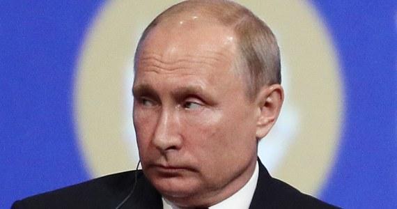 """Amerykański senator Rand Paul poinformował w środę, że podczas swojej wizyty w Moskwie przekazał list prezydenta USA Donalda Trumpa do rosyjskiego przywódcy Władimira Putina. """"List podkreśla znaczenie dalszego zaangażowania w różnych obszarach, w tym walkę z terroryzmem, wzmocnienie dialogu prawodawczego oraz wznowienie wymian kulturalnych"""" - napisał na Twitterze."""