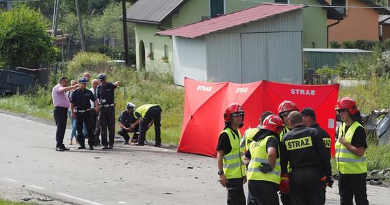 Trzy osoby: mąż, żona i ich 5-letnie dziecko zginęły w wypadku w małopolskiej Łęce po tym, jak 8 sierpnia kierowca ciężarówki z niewyjaśnionych przyczyn zjechał na przeciwległy pas ruchu. Wypadek przeżyła 10-letnia dziewczynka, która straciła całą rodzinę. 47-letniemu mężczyźnie zostanie przedstawiony zarzut powodowania wypadku ze skutkiem śmiertelnym albo doprowadzenia do katastrofy w ruchu lądowym. Jest już po przesłuchaniu. Śledczy wyjaśniają, co było przyczyną wypadku.