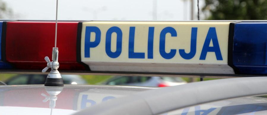 Policja w Siedlcach na Mazowszu poszukuje mężczyzny, który w miejskim autobusie ostrym narzędziem ranił w szyję  innego pasażera. Mężczyzna jest lekko ranny.
