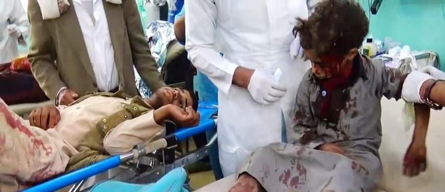 Do 43 wzrosła liczba śmiertelnych ofiar czwartkowego nalotu sił koalicyjnych pod dowództwem Arabii Saudyjskiej na autobus szkolny w północnym Jemenie - poinformowały światowe agencje, powołując się na jemeńskie służby zdrowia. 61 osób jest rannych. O wypadku poinformował  na Twitterze jako pierwszy Międzynarodowy Komitet Czerwonego Krzyża.