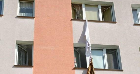 Dziesięć zarzutów usłyszał 32-latek, który w Starogardzie Gdańskim posługiwał się kradzioną kartą kredytową, włamał się do jednego ze sklepów sklepu, a w czasie ucieczki próbował zejść po spuszczonych przez okno splątanych prześcieradłach i kocach.