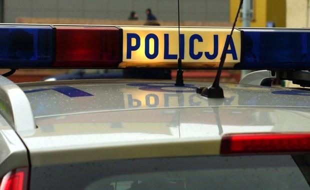 """Sześć osób, w tym czworo dzieci, trafiło do szpitala po wypadku samochodu osobowego, do którego doszło w Gilowicach na Żywiecczyźnie. """"46-letnia kobieta, która prowadziła fiata multipla, z nieznanych na razie przyczyn na prostym odcinku szosy zjechała z niej i uderzyła w drzewo. Oprócz niej poszkodowanych zostało czworo dzieci w wieku od 9 do 11 lat, a także mąż kobiety"""" – poinformowała rzecznik żywieckich policjantów, sierż. szt. Jolanta Frydel."""
