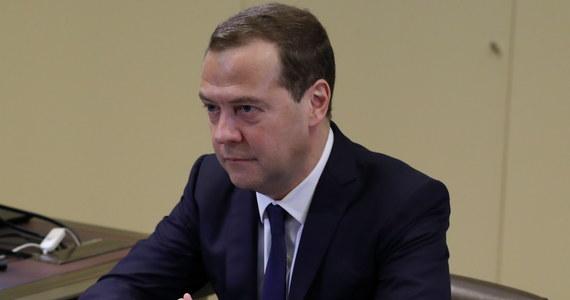 """Dalsze zaostrzenie amerykańskich sankcji ekonomicznych wobec Rosji można będzie ocenić jako równe wypowiedzeniu wojny gospodarczej - powiedział premier Dmitrij Miedwiediew podczas spotania z pracownikami Kronockiego Rezerwatu Biosfery na Kamczatce w piątek. Szef rosyjskiego rządu zapowiedział, że na nowe sankcje Rosja """"zareaguje, wykorzystując dostępne środki gospodarcze, polityczne, a w razie konieczności i inne"""". """"Nasi amerykańscy przyjaciele powinni to rozumieć"""" - dodał."""