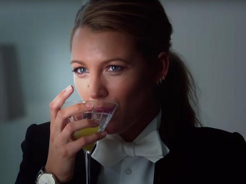 """Okrzyknięta ikoną stylu, najlepiej ubraną aktorką Hollywood, trendsetterką. Zjawiskowo piękna Blake Lively nie korzysta ze sztabu stylistów, swoje kreacje na wielkie wyjścia dobiera sama. Jesienią zobaczymy ją w roli eleganckiej kobiety z klasą o nienagannym stylu w filmie """"Zwyczajna przysługa"""". Grana przez nią Emily będzie też niezwykle tajemnicza, a jej zaginięcie wzbudzi wiele kontrowersji."""
