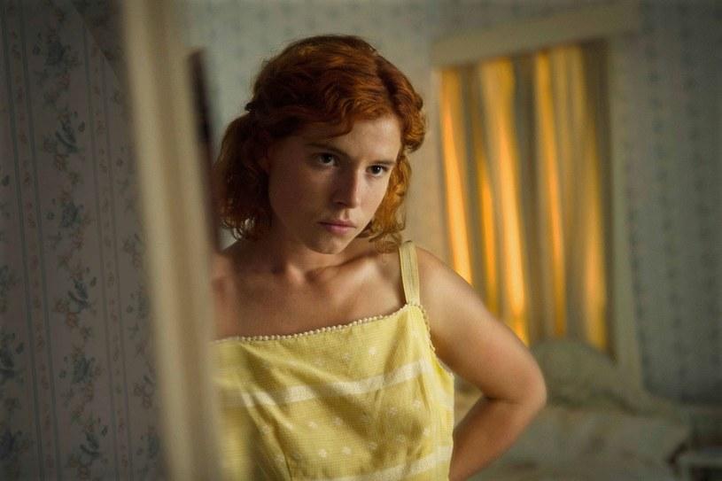 """Gwiazda serialu """"Tabu"""" podbija kino! Jej rola w """"Pod ciemnymi gwiazdami"""" wzbudziła zachwyt krytyków podczas światowej premiery na festiwalu w Toronto, dzięki czemu młoda irlandzka aktorka znalazła się w elitarnym gronie obiecujących aktorów - Rising Stars (Wschodzących Gwiazd), wybieranych przez festiwal. Jessie Buckley, znana między innymi ze wspomnianego serialu HBO, w którym partnerowała Tomowi Hardy'emu, wkrótce pojawi się w kolejnych głośnych, kinowych produkcjach."""