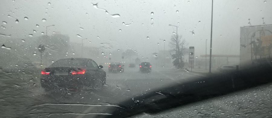 """IMGW wydał w piątek ostrzeżenia dla 10 województw. Najbardziej zagrożona będzie Polska centralna i wschodnia. Intensywne opady deszczu oraz groźne burze niesie za sobą niż """"Oriana""""."""