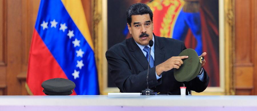 """""""ABC"""", najstarszy konserwatywny dziennik hiszpański, powołując się na wenezuelskie źródła, których - jak pisze - nie może jeszcze ujawnić, twierdzi, że sobotni zamach na Nicolasa Maduro był sfingowany i stanowił wynik walki między frakcjami u szczytów władzy."""