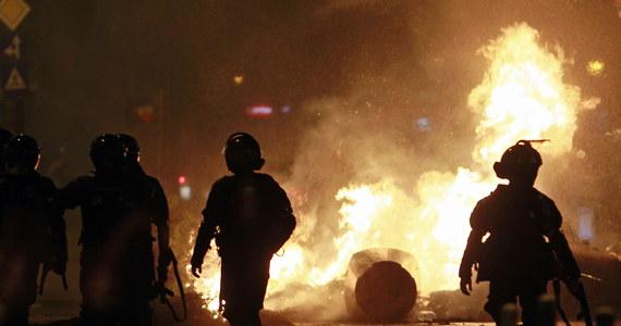 440 osób, w tym kilkudziesięciu policjantów, zostało poszkodowanych w wyniku piątkowych demonstracji w Bukareszcie - poinformowały w sobotę rumuńskie służby medyczne. Protestujący wzywali do dymisji rządu i zwołania przedterminowych wyborów. Służby medyczne podały, że do szpitala trafiło 65 osób, w tym dziewięciu funkcjonariuszy policyjnych oddziałów prewencji. Media szacują, że w antyrządowych protestach w wielu miastach Rumunii wzięło udział od 30 do 50 tys. osób.