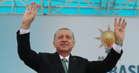 """Turecki prezydent Recep Tayyip Erdogan ostrzegł Waszyngton, że domagając się uwolnienia oskarżonego o terroryzm i uwięzionego w Turcji amerykańskiego pastora Andrew Brunsona, ryzykują stosunkami ze swym """" strategicznym sojusznikiem""""."""