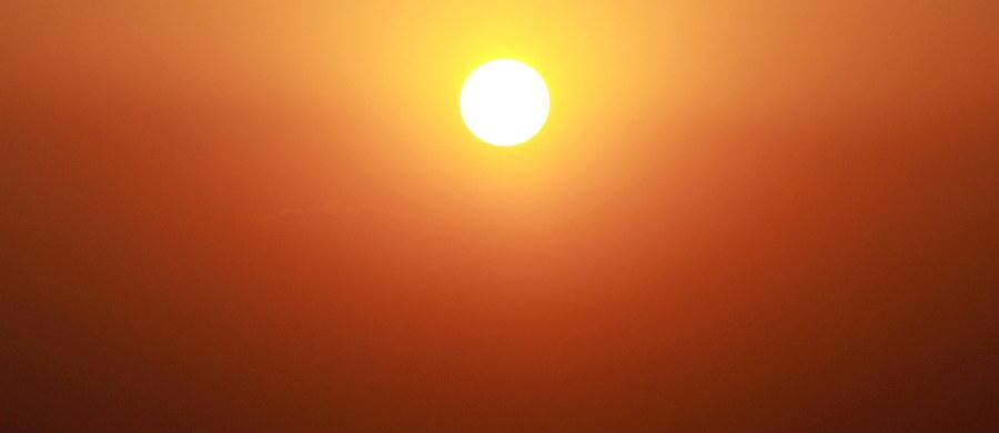 Udar cieplny jest ostatnim ogniwem reakcji organizmu na przegrzanie. Można jednak mu zapobiec jeśli odpowiednio wcześniej udzielimy pomocy poszkodowanej osobie. Lekarze podkreślają, że kluczowe jest schładzanie organizmu i uzupełnianie utraconej wody.