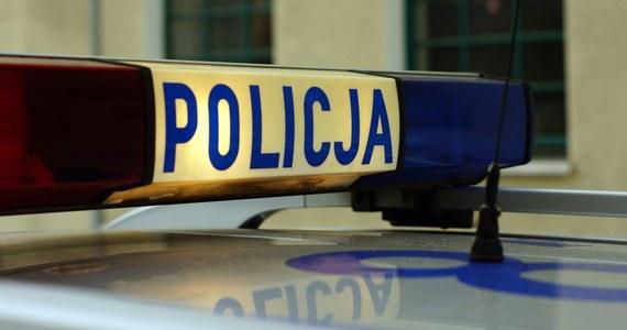Zwłoki 63-letniego mężczyzny ujawniono w piątek wieczorem w jednej z miejscowości gminy Krzymów (pow. koniński, woj. wielkopolskie). Jak poinformowała w sobotę PAP konińska prokuratura, ślady na miejscu zdarzenia wskazują, że mężczyzna został zabity.