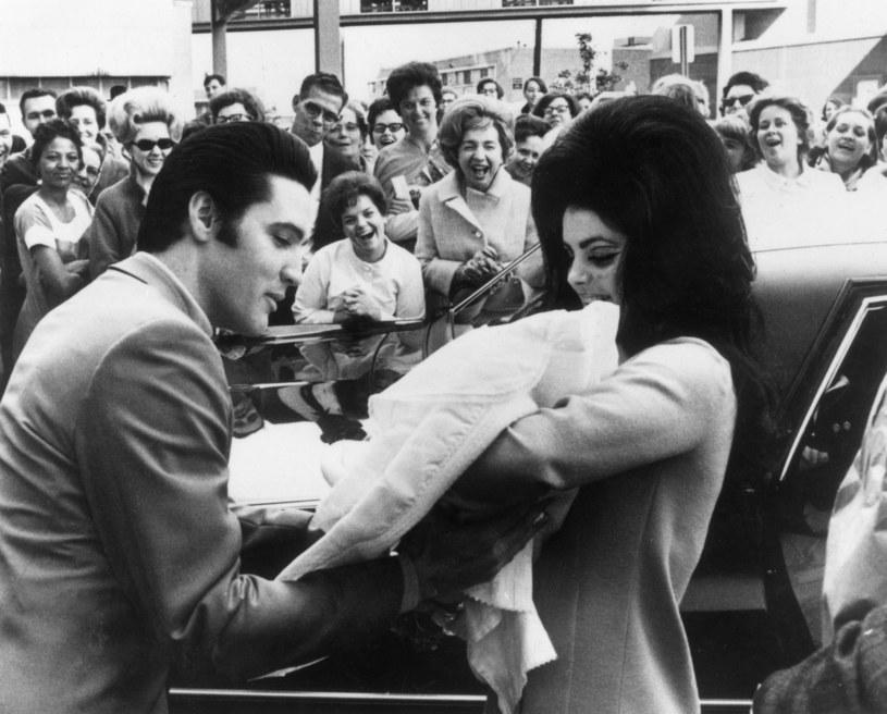 """Poniżej możecie zobaczyć teledysk do tytułowego nagrania """"Where No One Stands Alone"""" z nowej płyty Elvisa Presleya. W utworze towarzyszy mu jego córka Lisa Marie Prelsey."""