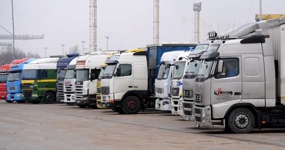 """Od 3 sierpnia w Polsce trwa akcja """"TIR"""", w ramach której policjanci prowadzą wzmożone kontrole na autostradach i drogach ekspresowych. Chodzi zwłaszcza o kierowców ciężarówek, którzy wyprzedzają mimo zakazu. W odpowiedzi na akcję tirowcy zapowiadają protest."""