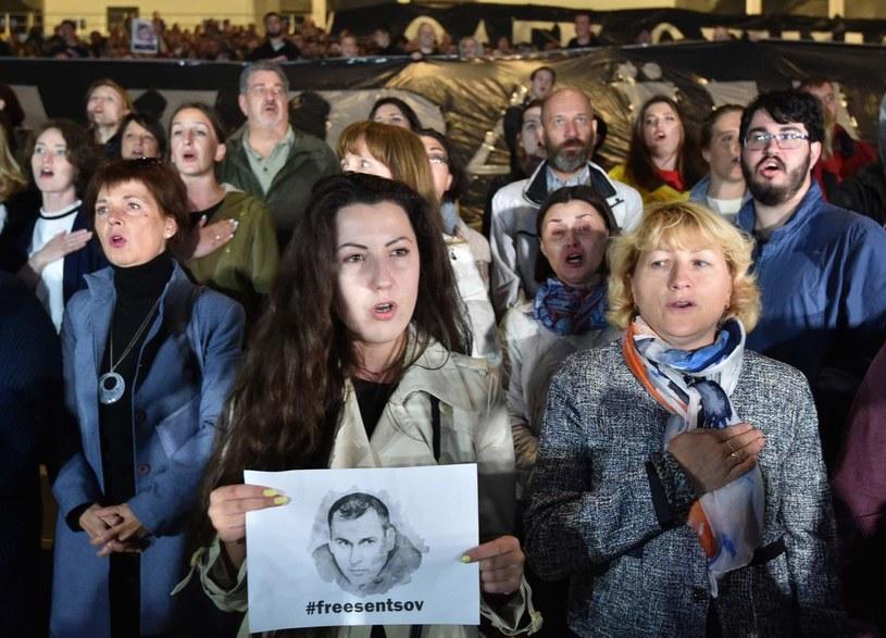"""Ponad sto znanych osobistości z Francji i ze świata, w tym francuska minister kultury Francoise Nyssen i reżyser Jean-Luc Godard, wystosowało w poniedziałek na łamach dziennika """"Le Monde"""" apel do władz Rosji o uwolnienie ukraińskiego reżysera Ołeha Sencowa."""