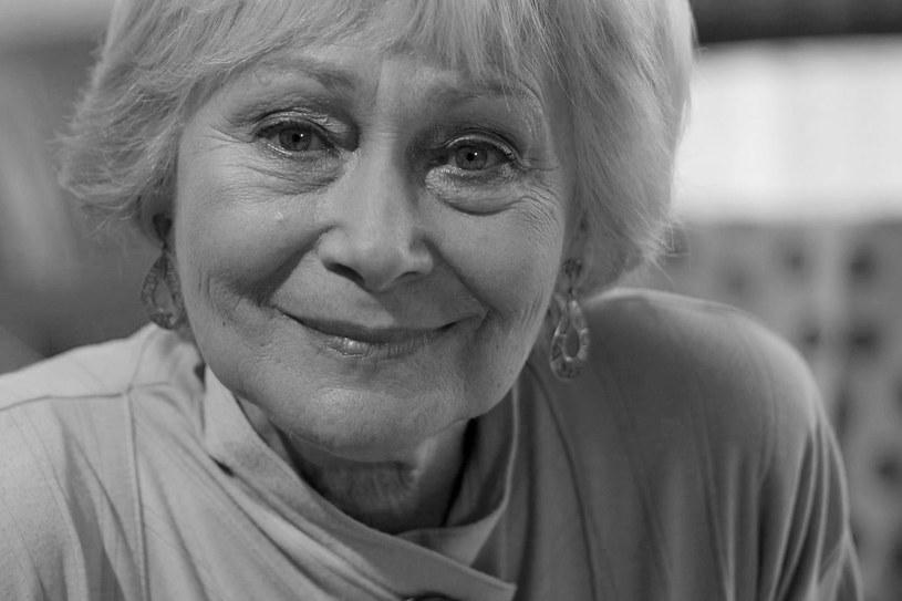 """Zmarła Kazimiera Utrata. Choć w swoim dorobku miała kilkadziesiąt ról filmowych, to prawdziwą popularność przyniosła jej dopiero rola cioci Stasi w telenoweli """"Klan""""."""