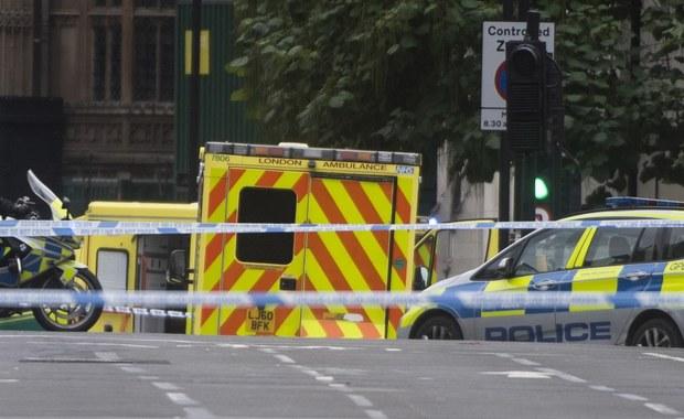Samochód wjechał w bariery przed parlamentem w Londynie - podaje agencja Reutera. Mężczyzna, który siedział za kierownicą tego pojazdu, został aresztowany pod zarzutem przygotowywania aktu terroru.