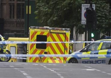Auto wjechało w bariery przed brytyjskim parlamentem. Policja: To akt terroru