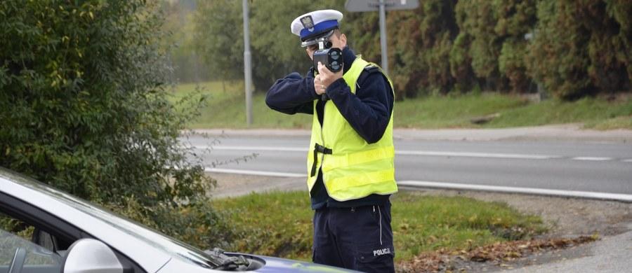 """Rozpoczynamy akcję """"Bezpieczny sierpień 2018""""; działania będą prowadzone do czwartku i rozpoczną się kaskadowymi kontrolami prędkości - poinformował podinsp. Radosław Kobryś z Biura Ruchu Drogowego Komendy Głównej Policji. W czasie akcji na drogi wyjedzie ponad 5 tys. policjantów."""