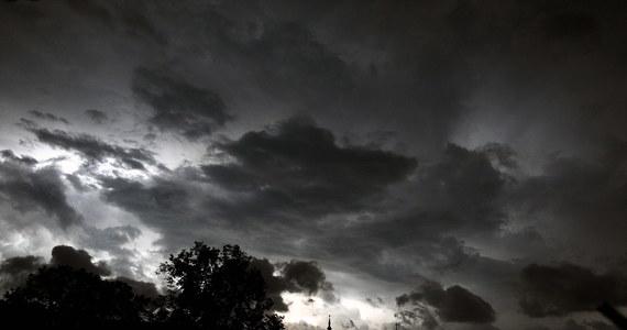 Uszkodzone dachy, powalone drzewa, zerwana sieć energetyczna i połamane uliczne latarnie – to efekt silnego wiatru towarzyszącego burzy, która po południu przeszła nad Radomiem i okolicami. Strażacy usuwają skutki wichury.
