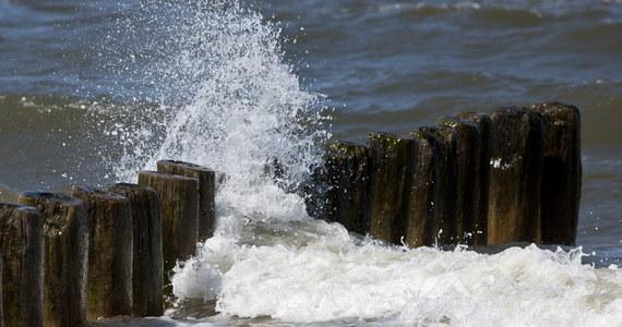 """""""Zasada dotycząca zachowania, gdy fale na morzu są wysokie jest prosta: absolutnie nie wolno wchodzić do wody"""" – powiedział kierownik CKRW w Szczecinie Łukasz Kamiński. Dodał, że kąpiel w takich warunkach stwarza ogromne zagrożenie dla życia."""