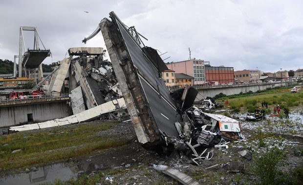 """Do 37 wzrosła liczba ofiar śmiertelnych zawalenia się wiaduktu-mostu na autostradzie w Genui we Włoszech - podała w środę agencja Ansa. 16 osób jest rannych, w tym 12 w ciężkim stanie. Ministrowie obarczają odpowiedzialnością zarząd autostrad. Pięciu ofiar dotąd nie zidentyfikowano.  Polski konsulat w Mediolanie powiadomił PAP, że nie ma informacji, by Polacy ucierpieli w katastrofie. Placówka monitoruje sytuację. To była """"zapowiedziana katastrofa"""" - tak włoska prasa w środę pisze o zawaleniu się wiaduktu-mostu na autostradzie w Genui. Gazety podkreślają, że historia tej konstrukcji to """"50 lat strachu i niewysłuchanych alarmów"""". Od lat struktura ta była uważana za niebezpieczną - zaznacza większość dzienników."""