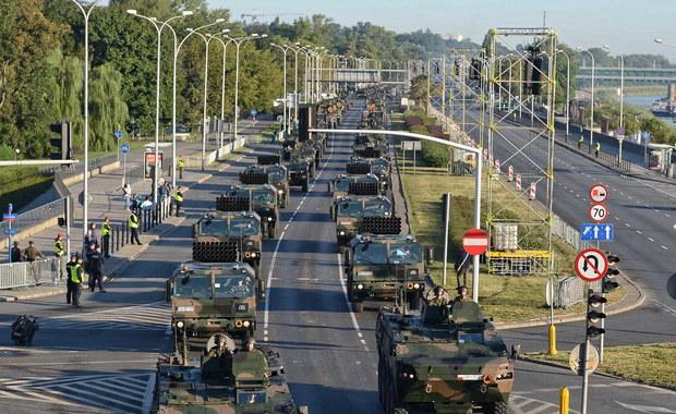 Defilada w Warszawie z udziałem wojsk sojuszniczych - tym razem na nowej trasie, nominacje generalskie, wręczenie przez prezydenta aktu wskazania naczelnego dowódcy na czas wojny, uroczystości w miejscach związanych z Bitwą Warszawską 1920 r. - to główne punkty tegorocznych obchodów Święta Wojska Polskiego.