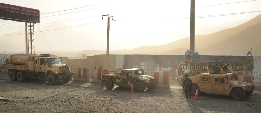 35 żołnierzy i dziewięciu policjantów zginęło w środę rano w ataku talibów na jednostkę wojskową w prowincji Baghlan na północy Afganistanu - poinformowały lokalne władze, na które powołuje się agencja Reutera. W ostatnim czasie, praktycznie codziennie w całym Afganistanie dochodzi do ataków talibów na przedstawicieli sił bezpieczeństwa.