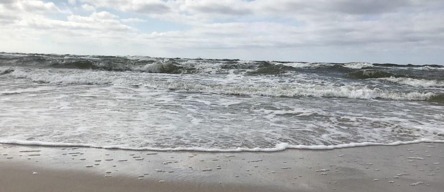 Nie żyje 14-letni chłopiec - jeden z trójki rodzeństwa, porwanego wczoraj przez morskie fale w zachodniopomorskim Darłówku. Wciąż nie odnaleziono ciał dwójki pozostałych dzieci - 11 i 13-latka.