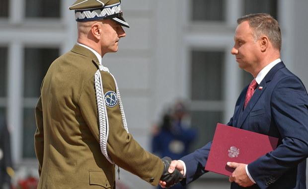Prezydent Andrzej Duda wręczył w Warszawie 10 nominacji generalskich i jedną admiralską. Szef Sztabu Generalnego generał broni Rajmund Andrzejczak otrzymał akt wskazania na naczelnego dowódcę na czas wojny.