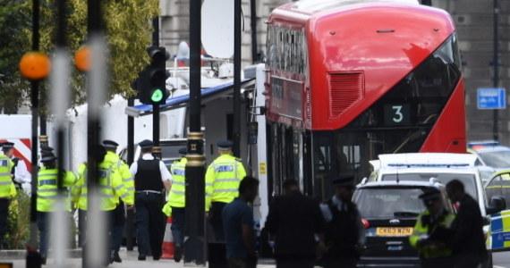 Zarzut usiłowania morderstwa usłyszał 29-letni mężczyzna, który wjechał samochodem w barierę bezpieczeństwa przed siedzibą brytyjskiego parlamentu w Londynie. Poinformowała brytyjska policja. W trakcie ataku kierowca potrącił grupę rowerzystów. Trzy osoby zostały ranne, w tym dwie trafiły do szpitala. Sprawca wtorkowego ataku terrorystycznego na brytyjski parlament pozostaje w areszcie. Jak podają tamtejsze media - Salih Khater, który jest obywatelem Wielkiej Brytanii, dokąd przyjechał około pięciu lat temu z Sudanu. Mężczyzna odmówił współpracy z policją i nie odpowiada na pytania zadawane mu przez śledczych.